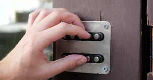 Palec otwierający drzwi z drzwiowym kodem zbiory