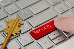 Palec prasa czerwony guzik z tekst ochroną na laptop klawiaturze Obrazy Stock