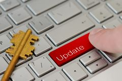 Palec prasa guzik z aktualizacją na laptop klawiaturze Zdjęcia Stock