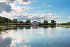 Paleis Marli in het Lagere Park van Petergof dichtbij een vijver Stock Afbeeldingen