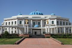 Paleis met kolommen en blauwe koepels. Turkmenistan. royalty-vrije stock afbeeldingen