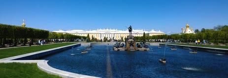 Paleis in Peterhof De mening van het Hogere Park In de voorgrond een vijver met kleine fonteinen stock afbeelding