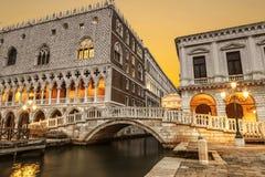 Paleis van de Doges en palazzo delle de brug van Prigioni en van het stro bij zonsopgang Een favoriete plaats voor lopende toeris royalty-vrije stock afbeelding