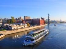 Paleis 2 van de plezierbootrivier op de Rivier van Moskou Rusland Stock Afbeeldingen