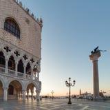 Paleis van doges op het vierkant van San Marco bij de zonsopgang in Venetië royalty-vrije stock foto's