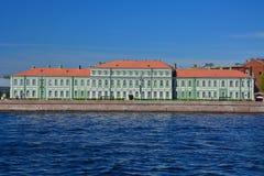 Paleis van Pyotr II op Universitetskaya-dijk in St. Petersburg, Rusland royalty-vrije stock foto