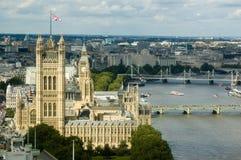 Paleis van Westminster hierboven wordt gezien dat van Stock Afbeelding