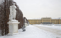 Paleis Wenen - Schonbrunn en standbeelden van mythologie stock afbeelding