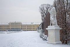 Paleis Wenen - Schonbrunn en standbeelden van mythologie royalty-vrije stock fotografie