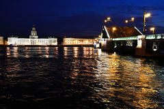 Paleisbrug bij nacht.  Heilige-Petersburg, Rusland Stock Foto's