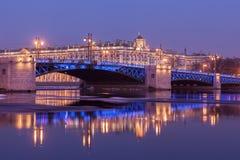 Paleisbrug en de bouw van de Kluis, St. Petersburg Royalty-vrije Stock Foto's