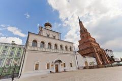 Paleiskerk en Soyembika-toren, Kazan, Rusland royalty-vrije stock fotografie