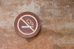 Palenie zabronione etykietka stawiający dalej stary cement ściany tło fotografia stock