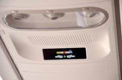 Palenie zabronione i pas bezpieczeństwa znak na samolocie, zdjęcie royalty free