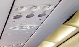 Palenie zabronione i przymocowywa pasy bezpieczeństwa podpisuje wewnątrz samolot Zdjęcie Stock