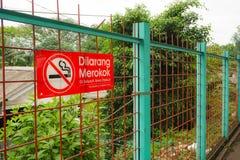 Palenie zabronione podpisuje wewnątrz płotowego Indonesia Fotografia Stock