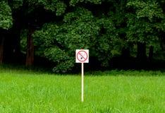 Palenie zabronione podpisuje wewnątrz parka na jaskrawym - zieleni drzewa i trawy tło Zdjęcie Royalty Free