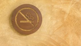 Palenie zabronione podpisuje wewnątrz drewnianego panelu Zdjęcie Royalty Free