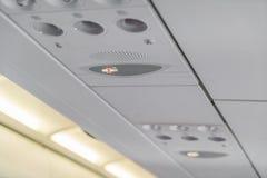 Palenie zabronione znak i pas bezpieczeństwa podpisujemy na samolocie fotografia stock