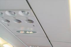 Palenie zabronione znak i pas bezpieczeństwa podpisujemy na samolocie zdjęcia royalty free