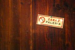 Palenie zabronione znak na drewnianej ścianie Zdjęcia Stock