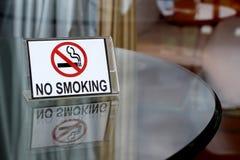 Palenie zabronione znak na drewnianym stole Zdjęcia Royalty Free