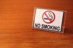 Palenie zabronione znak na drewnianym stole Obraz Stock