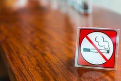 Palenie zabronione znak wystawiający obraz royalty free