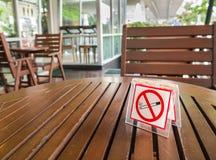 Palenie zabronione znak wystawiający na stole Fotografia Stock
