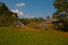 Palenque Chiapas, Mexico: Arkeologiskt område med fördärvar, tempel och pyramider i den forntida staden av Maya royaltyfria foton