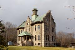 Palenville, NY/Estados Unidos - janeiro 6, 2019: Opinião da paisagem Rowena Memorial School fotografia de stock