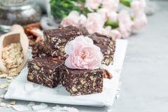 Paleo巧克力强身糕用燕麦片、山核桃果、日期、chia种子和椰子剥落,拷贝空间 免版税库存照片