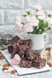 Paleo巧克力强身糕用燕麦片、山核桃果、日期、chia种子和椰子剥落 库存图片