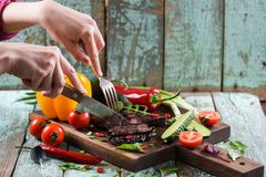 paleo диетпитания Здоровая питательная еда протеина Худенькие руки женщины стоковые изображения rf