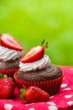 Paleo chokladmuffin med kokosnötkräm och jordgubbar Royaltyfri Foto