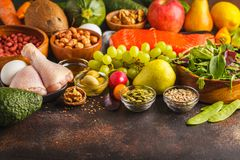 Paleo diety pojęcie Wysoki - proteinowy jedzenie Odbitkowa przestrzeń, ciemny backgro zdjęcie royalty free