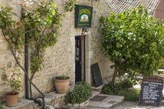 Paleokastritsa, Cofru,希腊也许10,吃科孚岛传统产品的2018年Taverna希腊餐馆招牌欢迎访客 免版税库存照片