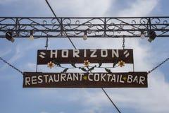 Paleokastritsa, Cofru,希腊10,天际餐馆鸡尾酒酒吧2018年垂悬的受欢迎的标志  有金属的木岗位 免版税库存照片