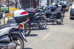 Paleokastritsa, Cofru, мотоциклы Греции 10-ое мая 2018 складывая вверх вдоль обочины во время яркого солнечного дня Vehicl 2 коле Стоковые Изображения RF