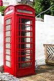 Paleokastritsa, Cofru, Griekenland 10 MEI, Rode de telefoonlaars van 2018 op de straat Traditionele rode de telefoonlaars van Lon Royalty-vrije Stock Foto's
