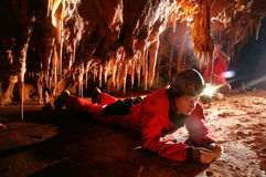Paleontolgist som studerar fossil i en grotta Fotografering för Bildbyråer