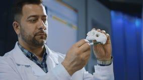 Paleontologist que explora o modelo impresso 3-D do dinossauro filme