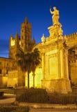 Palerme - tours occidentales de cathédrale ou de Duomo chez le crépuscule et la Santa Rosalia Image libre de droits