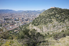 Palermo - Castelo Utveggio en de stad Stock Afbeeldingen