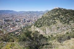 Palermo - Castelo Utveggio och staden Arkivbilder