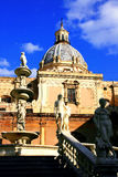 Palermo, de vierkante barokke standbeelden van Pretoria & Koepel royalty-vrije stock foto's