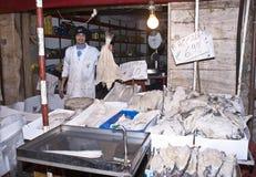 De vishandelaar verkoopt kabeljauw Stock Foto's