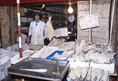 Il Fishmonger vende il merluzzo Fotografie Stock