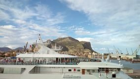 Palermo, Itália - 4 de outubro de 2018: Plataformas do forro 'AIDAcara 'do cruzeiro e da montagem Pellegrino filme