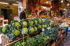 PALERMO, ITALIA - 14 de octubre de 2009: Pescados frescos, mariscos, vegetabl Foto de archivo